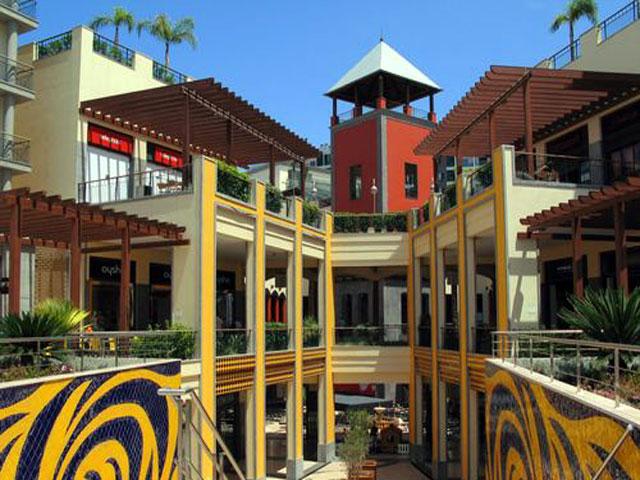 Wohnzimmer und Kamin offene küche online planen : Shoppingcenter auf Madeira